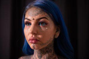 personas con los ojos tatuados
