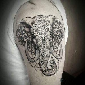 tatuaje de elefante en la mano