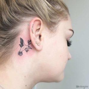 tatuajes en la oreja mujer