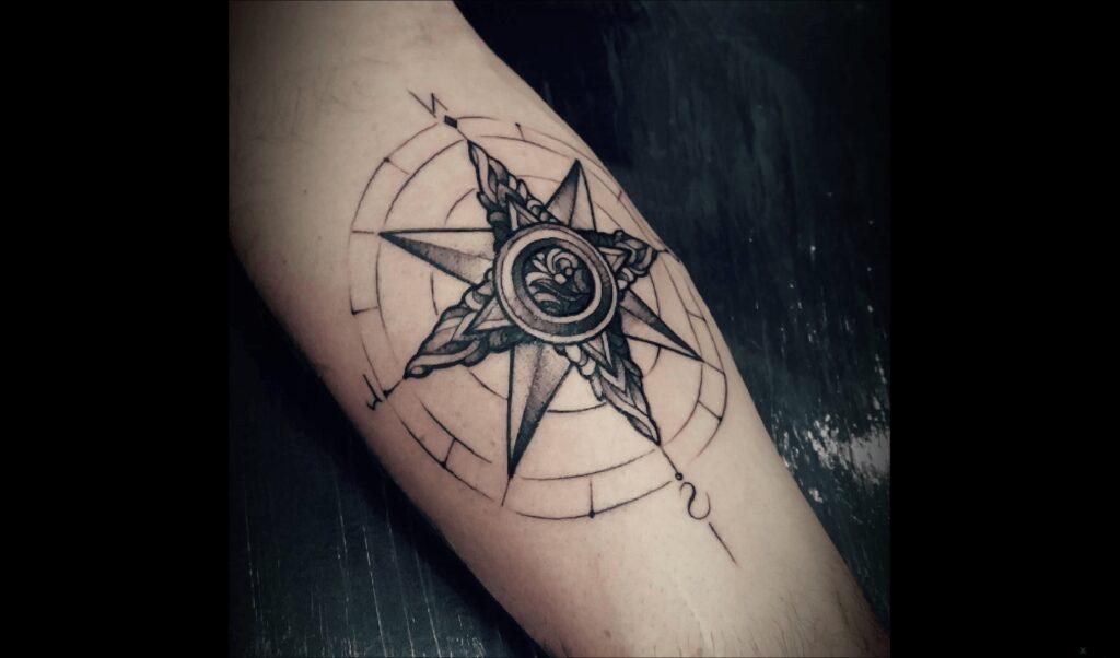 tatuajes de brujulas para hombres